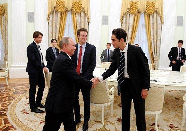 Rusya Devlet Başkanı Vladimir Putin, İngiltere'nin en eski ve elit özel okullarından Eton Koleji öğrencileri ile Moskova'daki Kremlin'de buluştu.