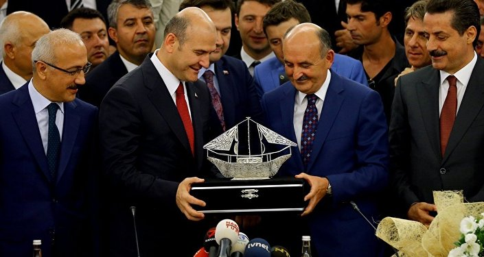 AK Parti Genel Başkan Yardımcısı ve Bursa Milletvekili Mehmet Müezzinoğlu, Çalışma ve Sosyal Güvenlik Bakanlığı binasında düzenlenen törenle Süleyman Soylu'dan görevi devraldı. Soylu, bakanlık çalışanlarıyla vedalaştı.