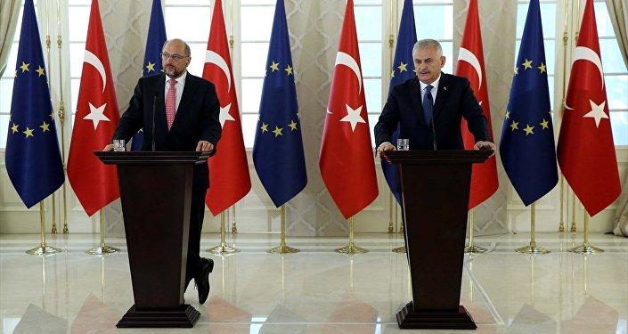 Başbakan Binali Yıldırım, Avrupa Parlamentosu Başkanı Martin Schulz (solda) ile Çankaya Köşkünde gerçekleştirdiği görüşmenin ardından ortak basın toplantısı düzenledi.