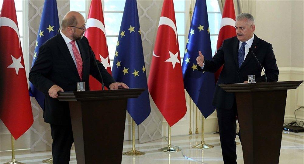 Başbakan Binali Yıldırım, Avrupa Parlamentosu Başkanı Martin Schulz ile Çankaya Köşkünde gerçekleştirdiği görüşmenin ardından ortak basın toplantısı düzenledi.