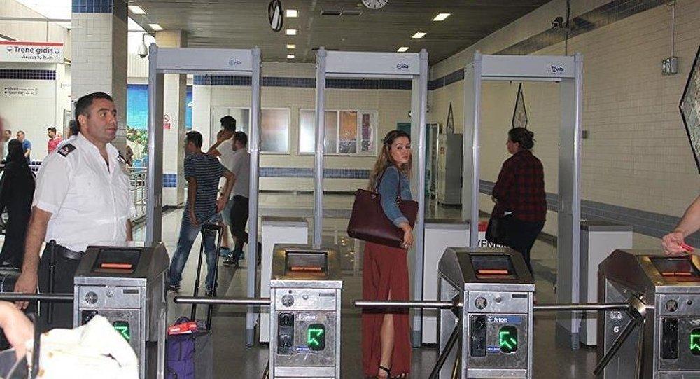 Atatürk Havalimanı'ndaki metro istasyonu girişine kontrol amaçlı x-ray cihazları konuldu.