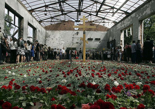 Beslan kentinde meydana gelen saldırının ardından okulda düzenlenen bir anma töreni.