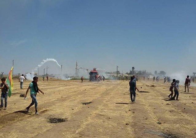 Türkiye, sınırda nöbet tutan Kobanililere müdahale etti