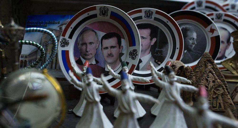 Suriye'nin başkenti Şam'da bulunan El Hamidiye dükkanında Putin ve Suriye Devlet Başkanı Beşar Esad'ın yer aldığı hediyelik tabaklar