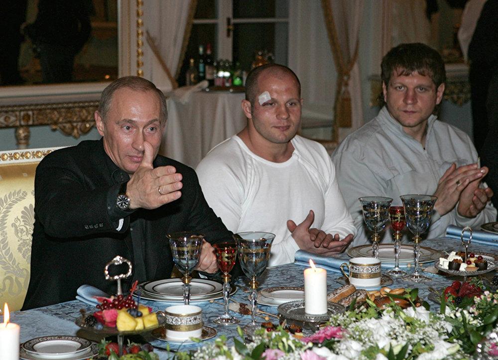 Putin, Rusya- ABD Karma Dövüş Şampiyonası'nın katılımcılarıyla.