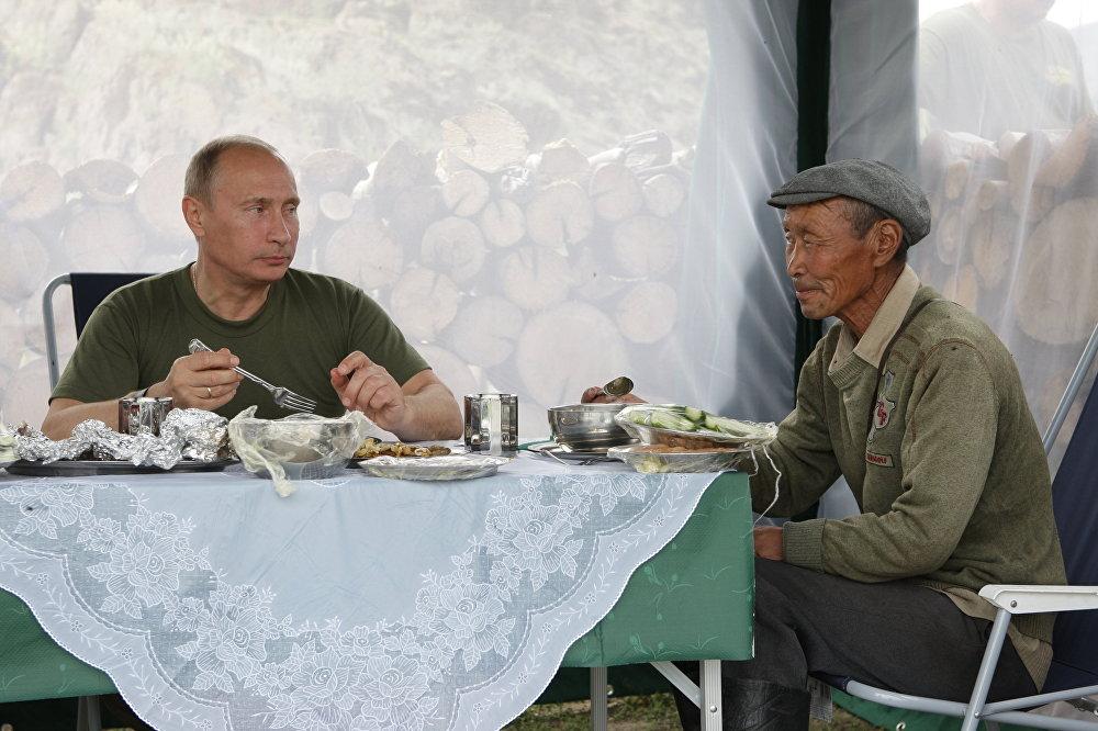 Putin, Rusya'ya bağlı Tuva Cumhuriyeti seyahati sırasında bir yemekte.