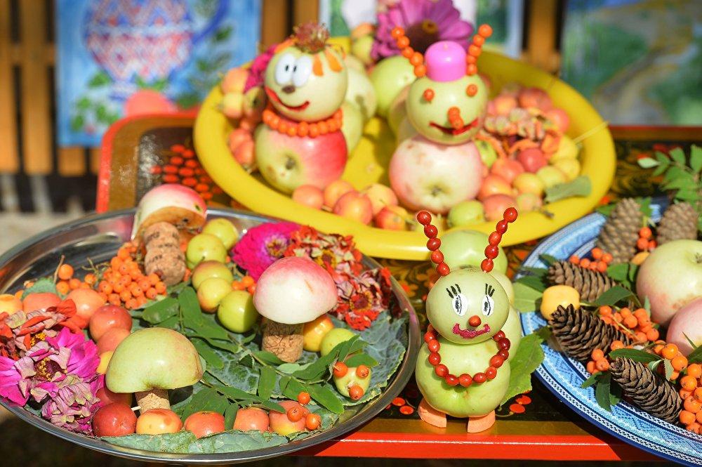 Basının dikkatini çeken diğer bir konuysa Kremlin'de ne yenildiği. Kremlin'in baş aşçısı ve 'Tatlıların Kralı' lakaplı Denis Mitrohin, son zamanlarda liderlerin Rus tatlıları yerine modern tatlıları tercih ettiğini belirterek sezonun en çok istenen tatlısının 'fırında ballı elma' olduğunu ifade etti.