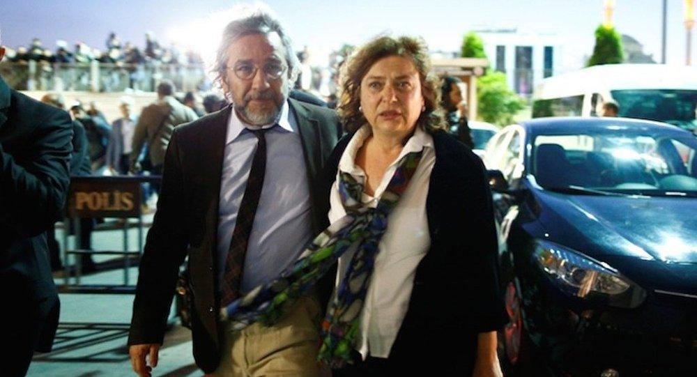 """Uluslararası PEN Yazarlar Birliği, Can Dündar'ın eşi Dilek Dündar'ın pasaportuna el konmasına ilişkin yaptığı açıklamada """"Aşırı gaddarca tedbirlerin bir yansıması"""" dedi."""