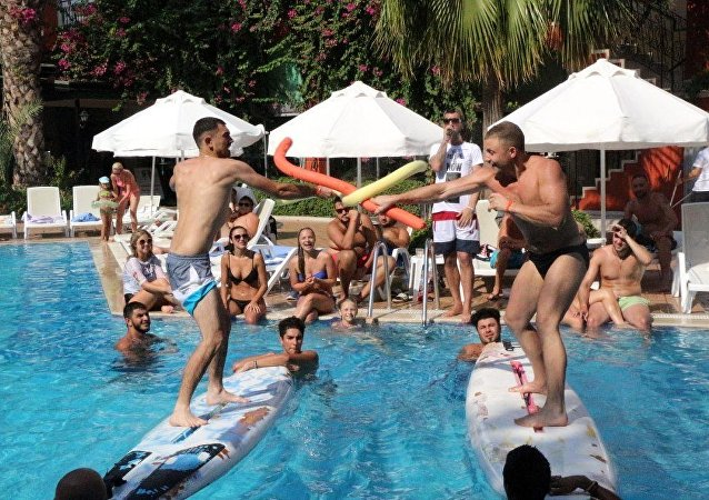 Rus ve Ukraynalı turistlerin havuzda makarna savaşı
