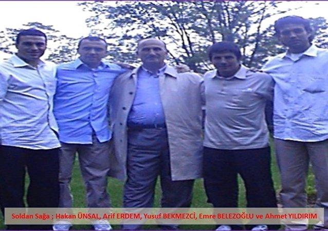 Ayrıca, Bekmezci'nin FETÖ'nün futbol yapılanmasına yönelik soruşturma kapsamında aranan eski milli futbolcu Arif Erdem, Hakan Ünsal, Emre Belözoğlu ve Ahmet Yıldırım ile de çekilmiş fotoğrafları ele geçirildi.