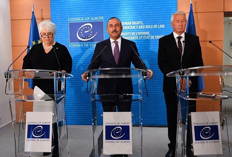 Dışişleri Bakanı Mevlüt Çavuşoğlu (ortada), Strasbourg'da Avrupa Konseyi'nde temaslarda bulundu. Çavuşoğlu, Avrupa Konseyi Dönem Başkanı Estonya Dışişleri Bakanı Marina Kaljurand (solda) ve Avrupa Konseyi Genel Sekreteri Thorbjorn Jagland (sağ) ile görüştü. Çavuşoğlu, görüşmenin ardından yapılan üçlü basın toplantısında konuştu.