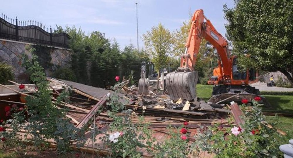 Ankara'nın Gölbaşı Belediyesi zabıta ekipleri, Koza İpek Grubu'nun sahibi Akın İpek'in annesi olan Melek İpek'in kamuya ait arazi üzerine yaptırdığı beton duvar ve çardaklar Mehter Marşı eşliğinde yıkıldı.