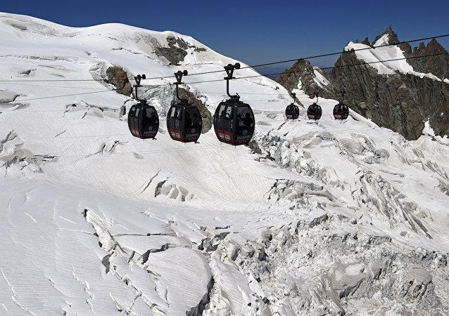 Aiguille du Midi ve Helbronner arasında uzanan teleferik hattı