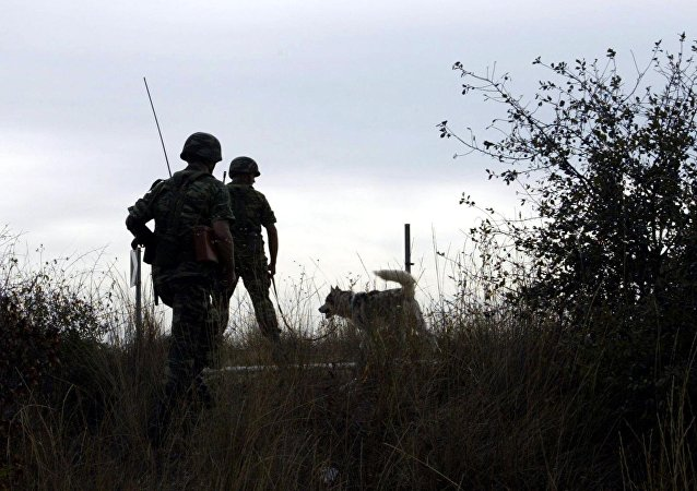 Meriç Nehri'nde devriye gezen Yunan askeri