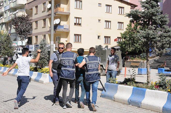 Hakkari'de kayyum atanmasının ardından, belediye önünde toplananlara, dağılmayınca polis müdahale etti. Olaylar sırasında 4 kişi gözaltına alındı.