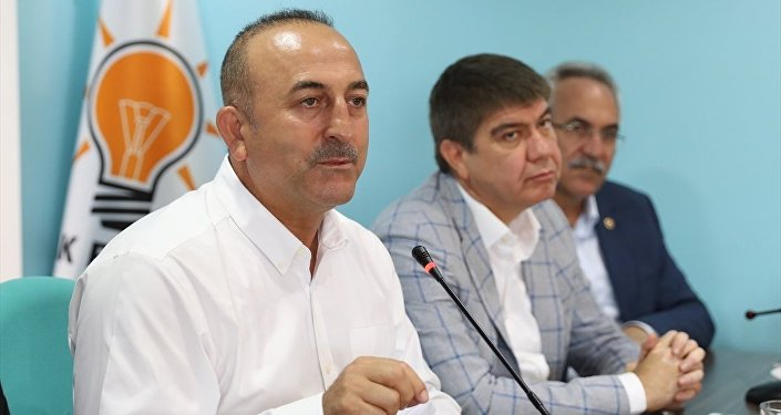 Bayram tatilini Antalya'da geçiren Dışişleri Bakanı Mevlüt Çavuşoğlu, Manavgat AK Parti İlçe Teşkilatı'ndaki bayramlaşma törenine katıldı. Çavuşoğlu, burada bir konuşma yaptı.