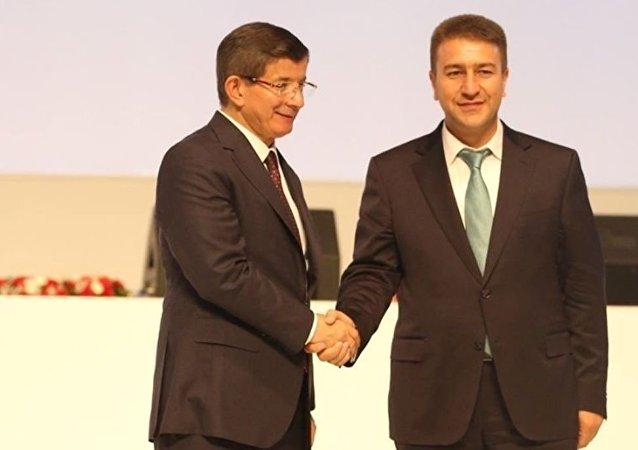 Ahmet Budak, dönemin başbakanı Ahmet Davutoğlu ile birlikte
