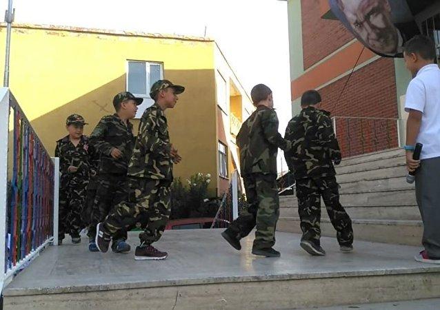 Okulun ilk günü, asker üniformalı çocuklara '15 Temmuz' gösterisi yaptırıldı