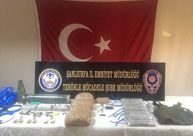 Şanlıurfa'da eylem hazırlığında olan IŞİD üyesi 2 terörist, canlı bomba yelekleri ve patlayıcılarla gözaltına alındı.