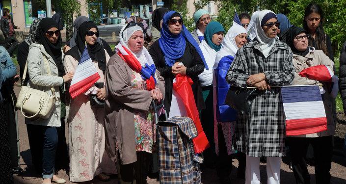 Başörtülü Fransız Müslüman kadınlar.