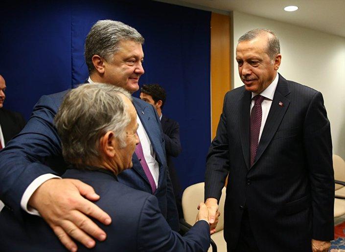 Türkiye Cumhurbaşkanı Recep Tayyip Erdoğan (sağda), BM'nin 71. Genel Kurul görüşmelerine katılmak üzere geldiği New York'ta, Ukrayna Devlet Başkanı Petro Poroşenko (ortada) ile görüştü. Görüşmede Kırım Tatar Meclisi'nin eski lideri Mustafa Cemilev (sağda) da yer aldı.
