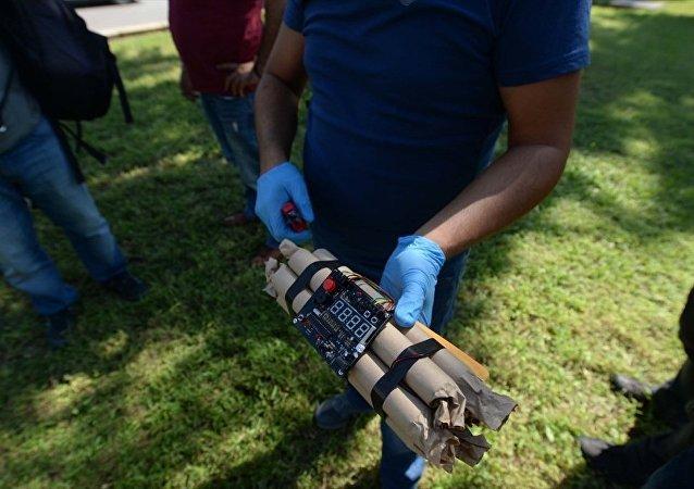Antalya'da çalışma arkadaşına hediye gönderilen 'dinamit' görünümlü çalar saati kargodan teslim alan, ardından da su faturası yatırmak için Antalya Büyükşehir Belediyesi Su ve Atıksu İdaresi (ASAT) Genel Müdürlüğüne giren kişi, güvenlik kontrolü sırasında paniğe neden oldu.