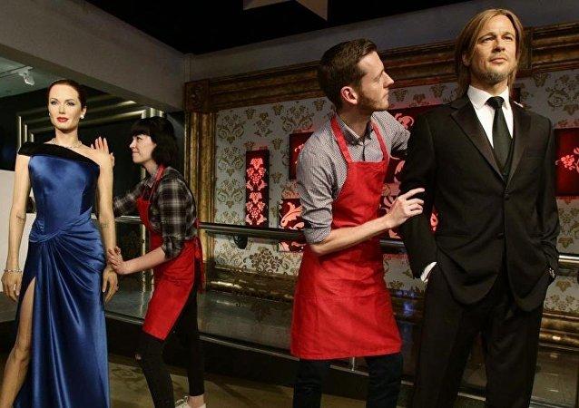 Madame Tussauds müzesi, Angeline Jolie ve Brad Pitt'in balmumu heykellerini ayırdı