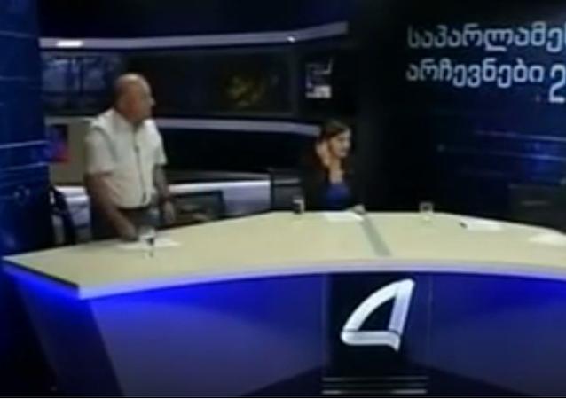 Gürcistan'da bir televizyon programına konuk olan parlamento üyeleri canlı yayında yumruk yumruğa kavga etti.