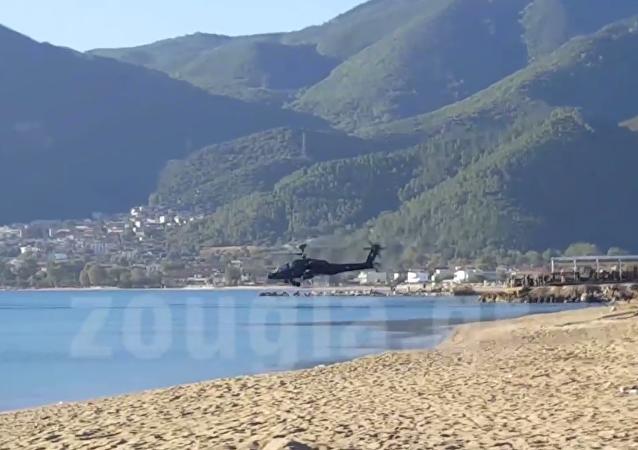 Yunanistan ordusuna ait ABD yapımı Apache helikopteri, askeri tatbikat sırasında sulara gömüldü.