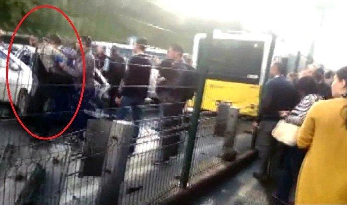 Metrobüs şoförüne şemsiyeyle vurduğu belirtilen kişinin yakalanma anı kameralara yansıdı.