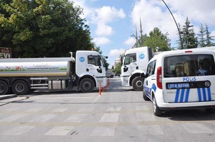 Ulu Cami'nin bulunduğu Kemal Köker Caddesi, belediyeye ait kamyonlar ile kapatıldı.