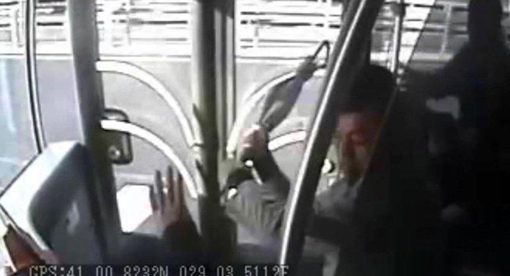 Acıbadem'de metrobüs kazasına neden şemsiyeli saldırı güvenlik kamerasına yansıdı.