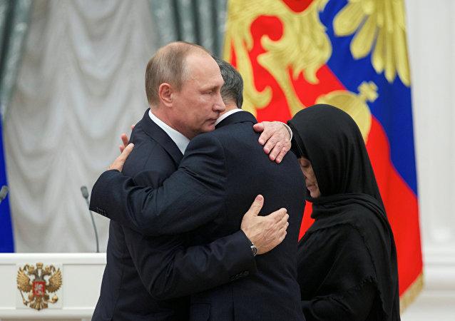 Kremlin Sarayı'nda düzenlenen törende Rusya Devlet Başkanı Vladimir Putin, kahramanın Kızıl Yıldız madalyasını polisin babası ve annesine teslim etti.