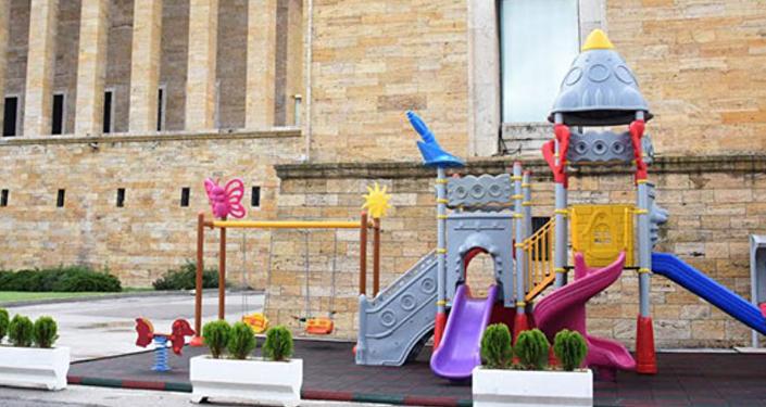 Anıtkabir'e mozole yakınına yapılan plastik oyuncaklardan oluşan çocuk parkı, sosyal medyada sert tepkilere neden oldu.