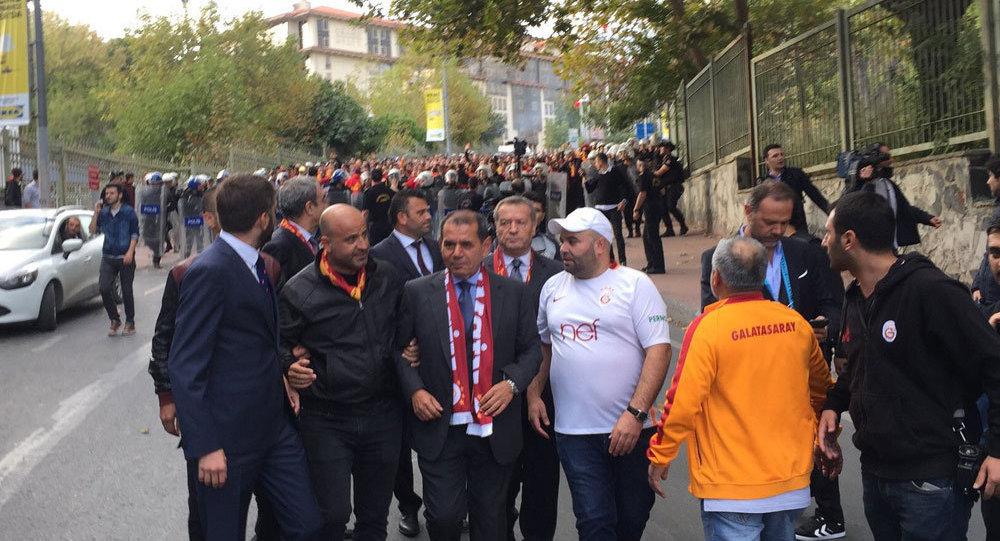 Beşiktaş Galatasaray maçı öncesi Dursun Özbek Vodafone Arena'ya yürüdü