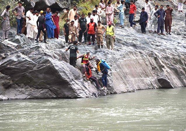 Pakistan yolcu otobüsü nehre yuvarlandı
