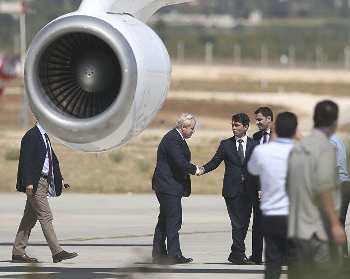 Johnson ve beraberindeki heyeti, Gaziantep Havalimanı yetkilileri karşıladı.
