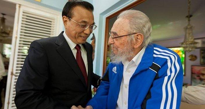 Küba'nın eski Devlet Başkanı Fidel Castro ve Çin Başbakanı Li Kequiang