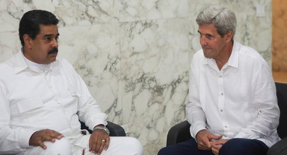 Venezüella Devlet Başkanı Nicolas Maduro ile ABD Dışişleri Bakanı John Kerry