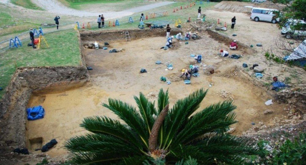 Katsuren Kalesi'nin kalıntılarındaki kazı çalışmaları