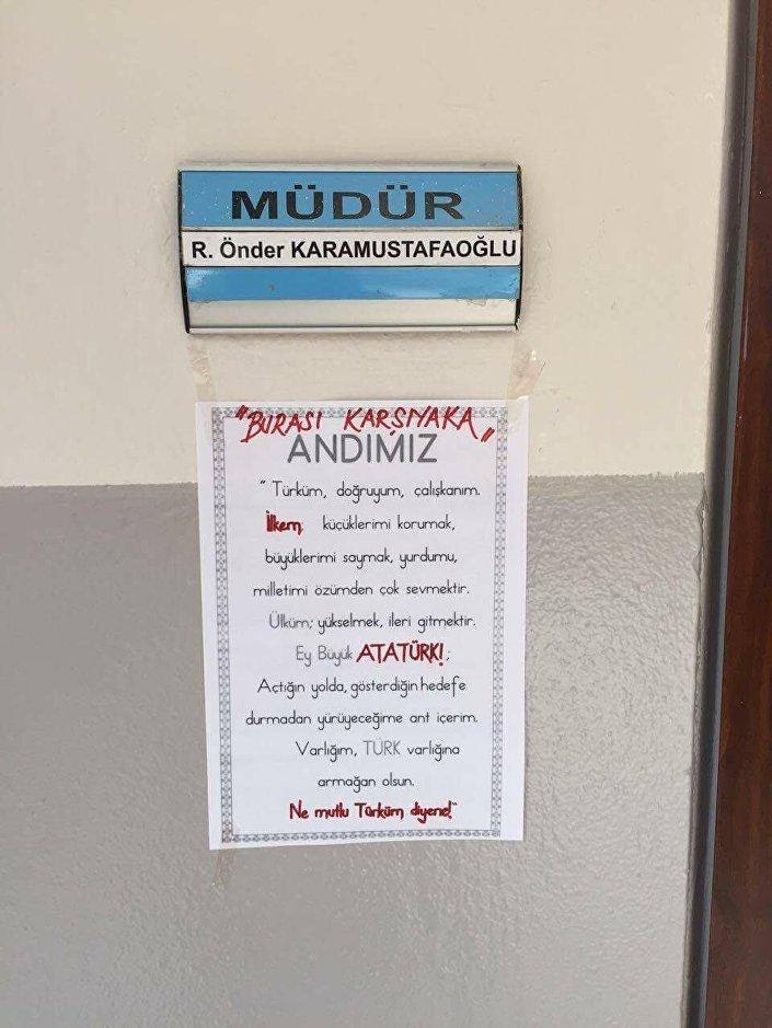 Rahmi Önder Karamustafaoğlu'nun makam odasının girişinde isminin yazılı olduğu tabelanın altına, üzerinde kırmızı kalemle 'Burası Karşıyaka' yazılı 'Andımız'ın metni yapıştırıldı.