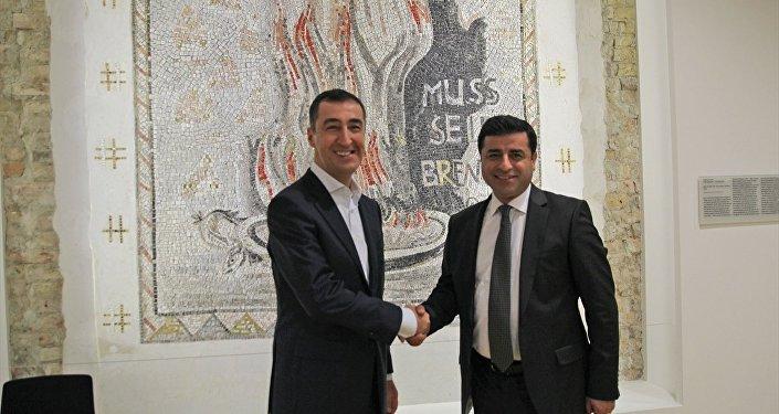 HDP Eş Genel Başkanı Selahattin Demirtaş, Yeşiller Partisi Eş Genel Başkanı Cem Özdemir ile görüştü.