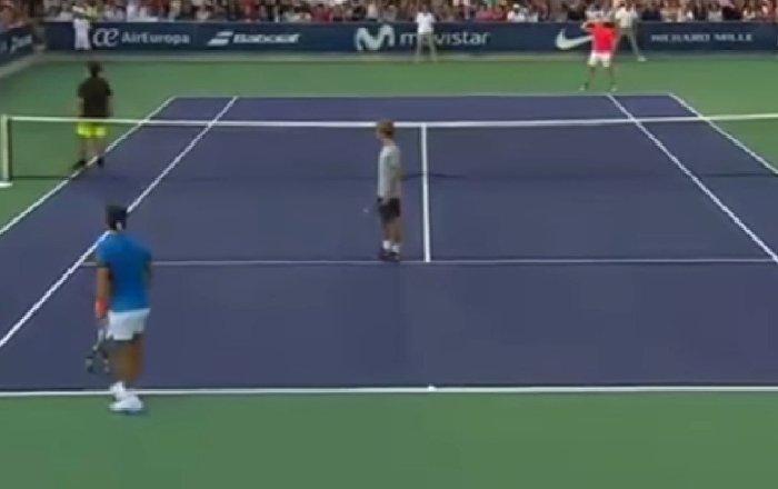 Rafael Nadal çocuğunu kaybeden kadına yardım için maçı durdurdu.
