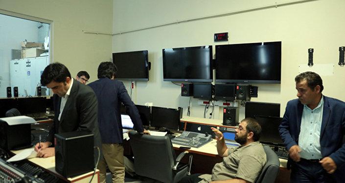İMC'ye baskın yapan polisler içeri sayım yaptı. Ardından reji odasına giderek kanalın yayınını durdurdu, odayı mühürledi.