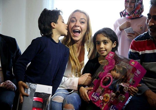 Lindsay Lohan Suriyeli aileyi ikinci kez ziyaret etti