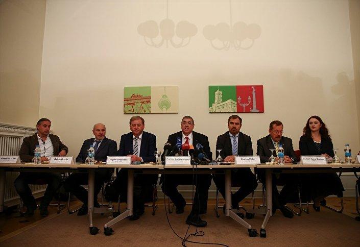 Almanya Büyükelçiliği'ndeki toplantıya Almanya Parlamentosu Savunma Komisyonu Başkan Yardımcısı Lamers, Yeşiller Partisi Milletvekili Brugger ve Hristiyan Sosyal Birlik Partisi (CSU) Milletvekili Hahn katıldı.