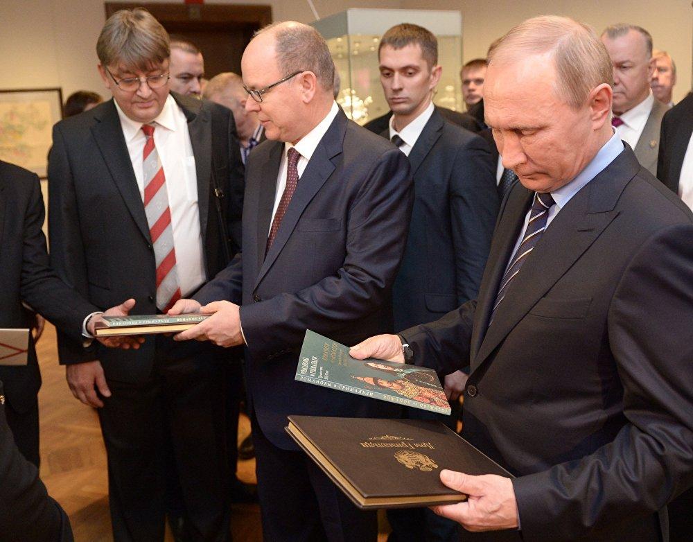 Rusya Devlet Başkanı Vladimir Putin, Monaco Prensi 2. Albert ile başkent Moskova'da bulunan Tretyakov Galerisi'ndeki 'Grimaldiler ve Romanovlar: Tarihin üç yüzyılı' sergisini ziyaret etti.
