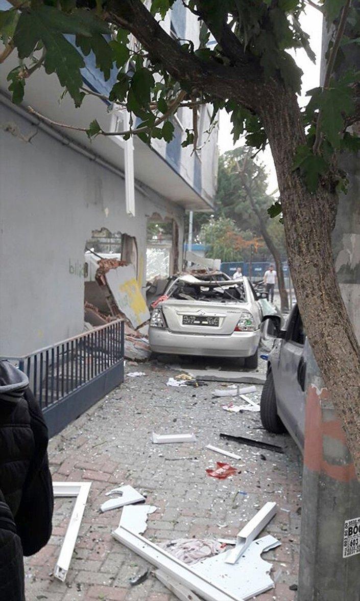 İstanbul'un Bahçelievler ilçesindeki 75. Yıl Polis Merkezi'nin yakınında patlama meydana geldi. Patlamanın şiddetiyle çevredeki araçlar ve binalar zarar gördü.