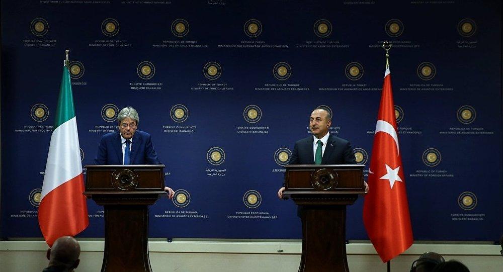 Dışişleri Bakanı Mevlüt Çavuşoğlu (sağda) İtalya Dışişleri Bakanı Paolo Gentiloni (solda) ile bakanlıkta görüştü. Görüşmenin ardından iki bakan ortak basın toplantısı düzenledi.