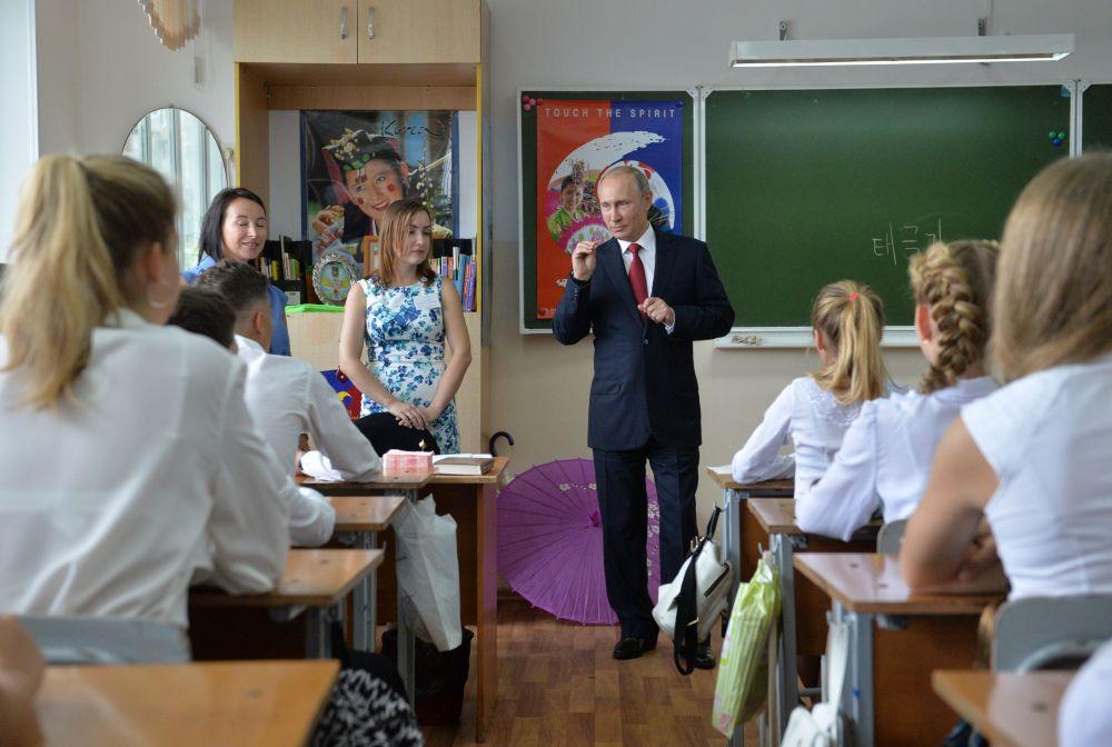 Rusya Devlet Başkanı Vladimir Putin, Vladivostok'taki bir liseyi ziyaret etti.